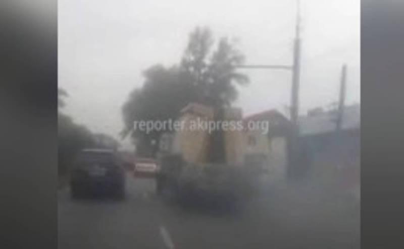 Видео — Грузовик устроил «шоу с дымом»