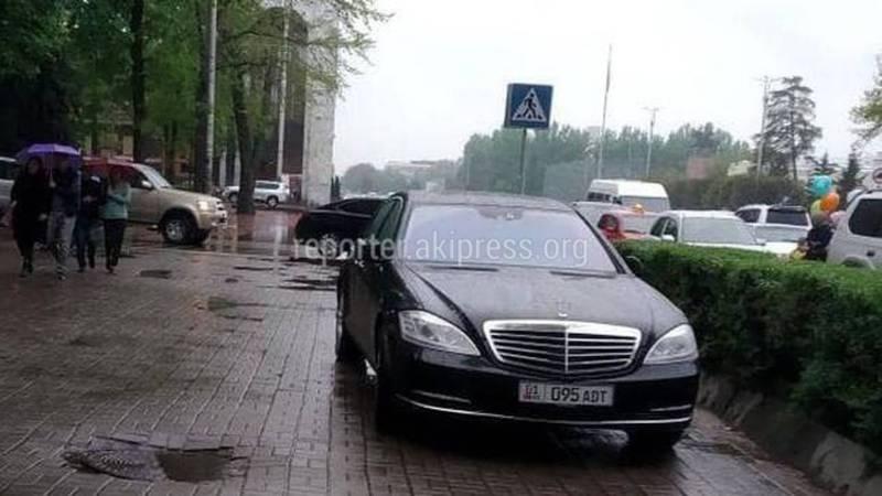 На Чуй - Эркиндик водитель «Мерседеса» припарковался на тротуаре (фото)