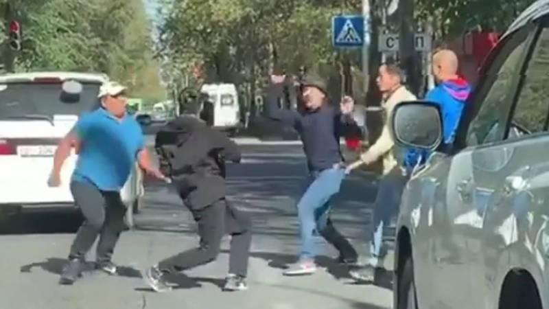 Видео — Мужчины устроили драку на проезжей части дороги