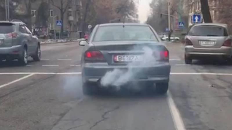В Бишкеке «Мицубиси» сильно дымит (видео, фото)
