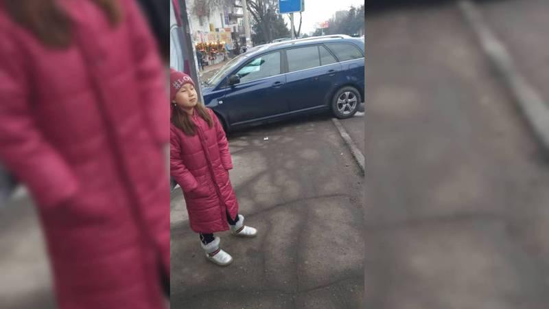 На улице Юнусалиева на остановке паркуют машины. Фото