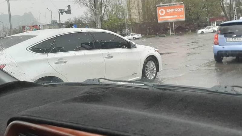 В Оше едет тонированная «Тойота» с «крутыми» номерами. Фото