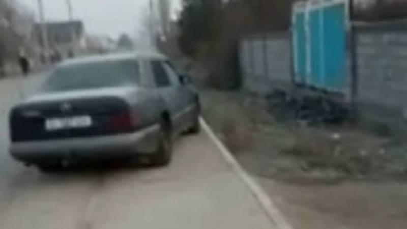 На ул.Тендик в жилмассиве Колмо некоторые водители паркуются на тротуаре. Видео