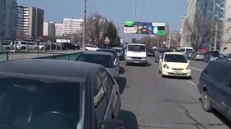 Бишкекчанин: Каждую пятницу возле мечети на ул.Сухэ Батора образовывается пробка. Видео, фото