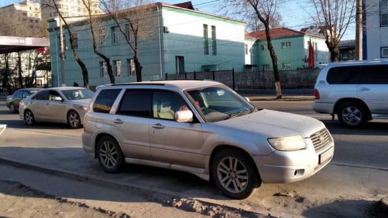 На ул.Горького водитель «Субару» припарковался на остановке. Фото