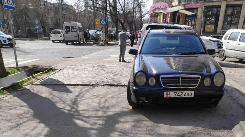 В Бишкеке водитель «Мерседеса» заехал на тротуар. Фото