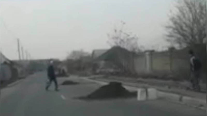 В жилмассиве Кара-Жыгач дорожники не убрали за собой мусор. Видео