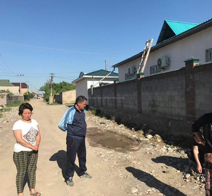 В жилмассиве Кок-Жар вокруг частной клиники разбросаны медицинские отходы (фото)