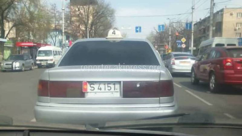 На улицах Бишкека замечен водитель такси с поврежденным госномером на автомобиле (фото)