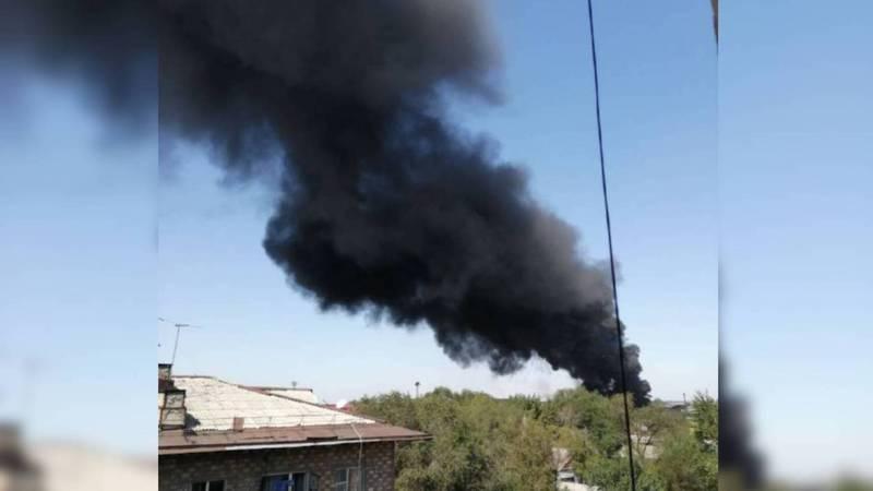 На западе Бишкека пожар. По предварительным данным, горит склад. Фото, видео
