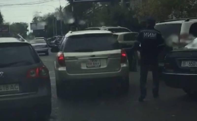 На перекрестке, оснащенном камерами, сотрудники УОБДД останавливают авто. Водители будут оплачивать двойной штраф?