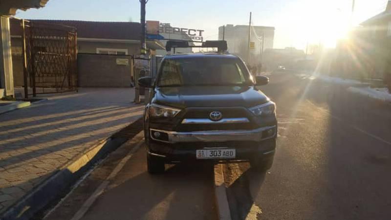 Водитель внедорожника припарковался на тротуаре на 7 Апреля-Шоокум