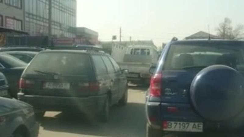 Возле Аламединского рынка водители беспорядочно паркуются. Видео