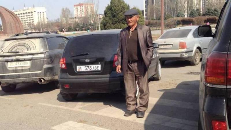 На улице Шопокова ниже ЦУМа водители паркуются на «зебре»