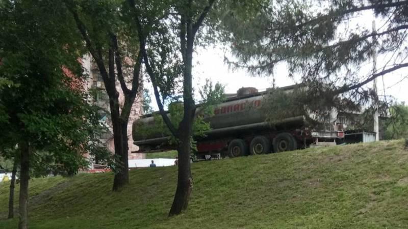 Перед мостом на ул.Ибраимова полгода стоит прицеп от бензовоза, - очевидец. Фото