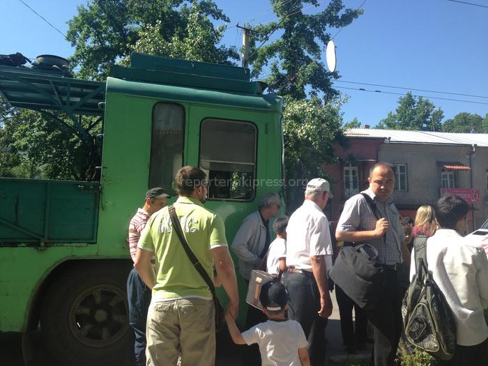 маленькую школьницу в троллейбусе