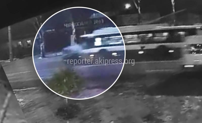 Видео — Момент смертельного столкновения троллейбуса и легковушки на ул.Юнусалиева