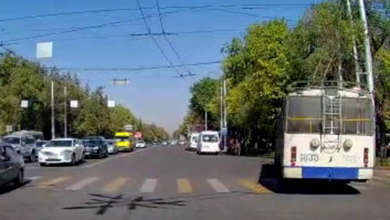 Водитель троллейбуса №14 с госномером 1835 повернул на красный свет светофора (видео)