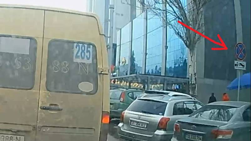 Бишкекчанин: Когда прекратится бардак с парковкой в неположенных местах в городе?