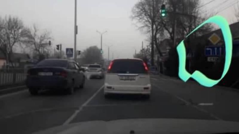На ул.Курманжан Датки водитель служебной машины, за ней и водитель легковушки нарушили ПДД. Видео