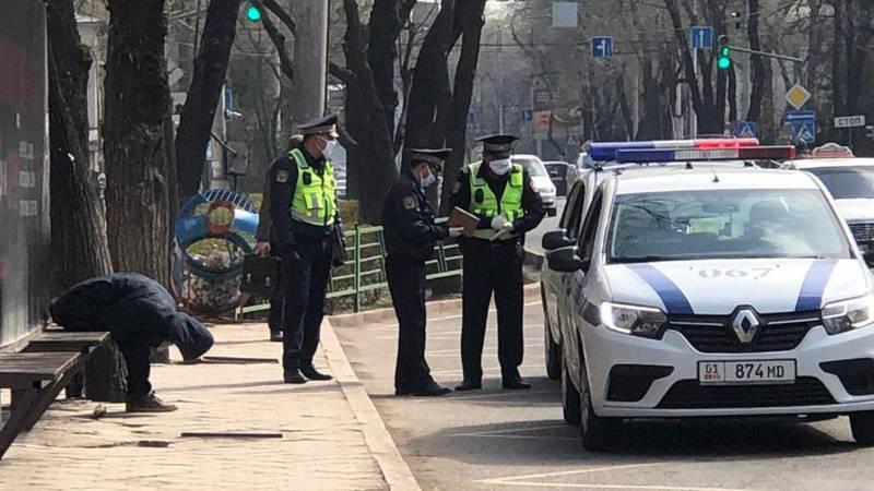 На остановке на проспекте Чуй патрульная милиция обнаружила пьяного мужчину. Фото