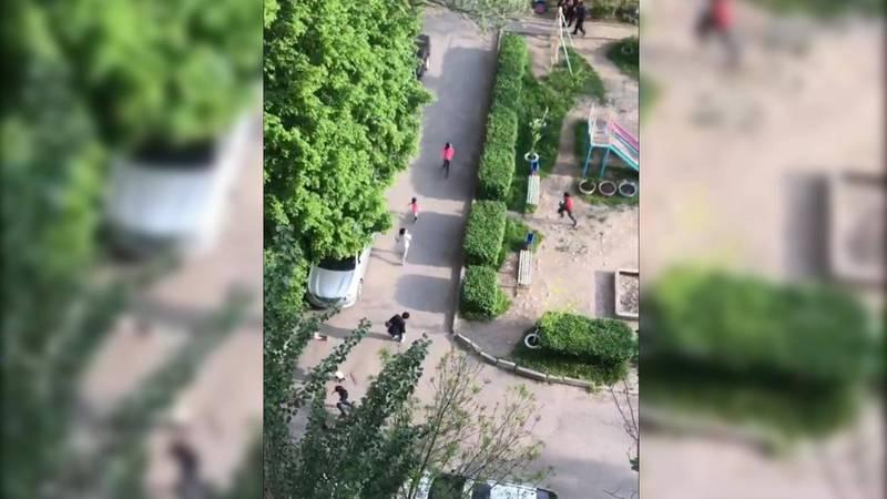 Видео — Дети бросились врассыпную, услышав сирену патрульной машины