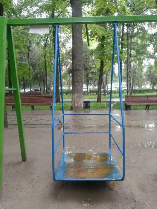 Неизвестные сломали пандус на качелях для инвалидов на бульваре Эркиндик в Бишкеке (фото)