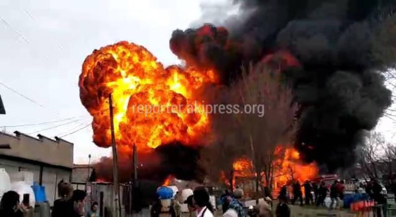 Крупный пожар на Ден Сяопина. Горят дома, машины. Новые фото и видео