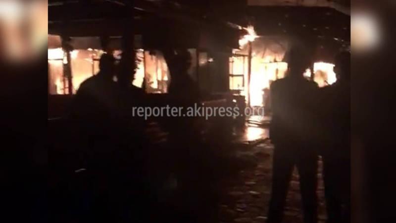 Видео — В парке Панфилова ночью сгорело кафе
