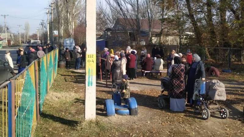 Фото — В селе Восток Аламединского района собрались жители. Они просят решить проблему с транспортом