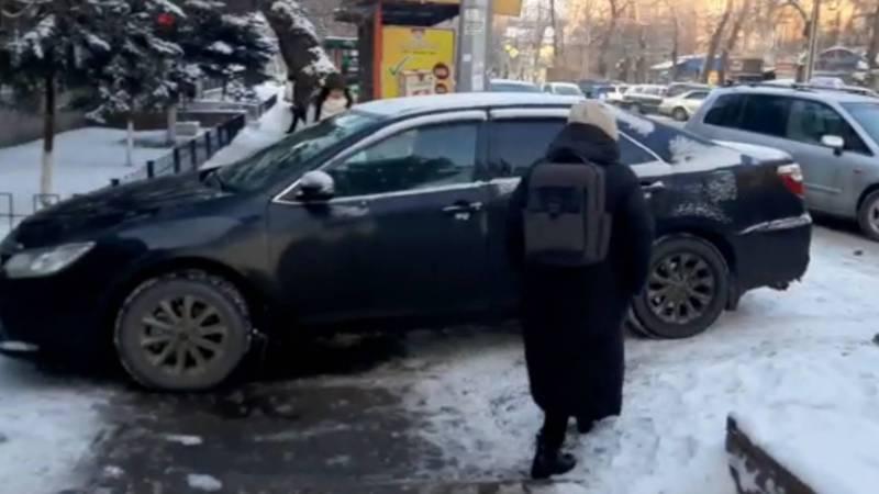 На Московской «Тойота» перекрыла тротуар. Видео
