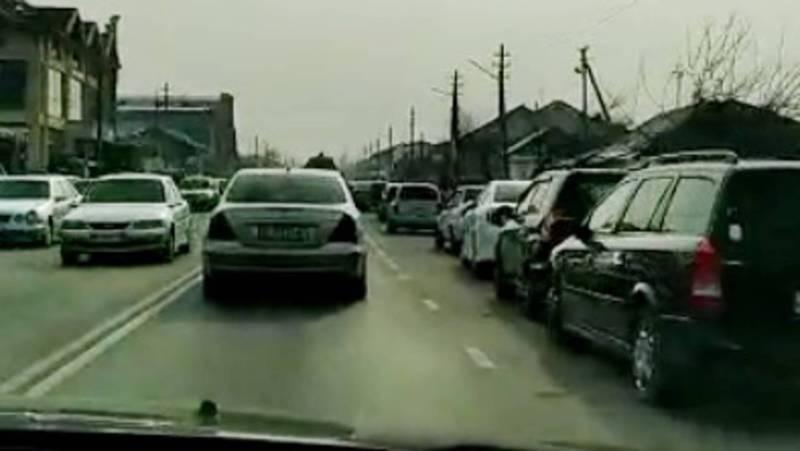 В Оше по ул.Шакирова машины паркуются на проезжей части дороги. Видео