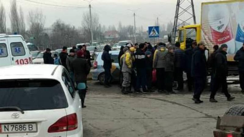 В Бишкеке произошло ДТП с участием четырех машин. Видео, фото