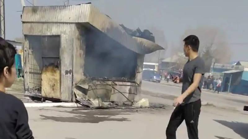 В Ак-Босого сгорела гамбургерная. Видео, фото