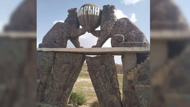 Статуя двух илбирсов у въезда в Нарын разрушается