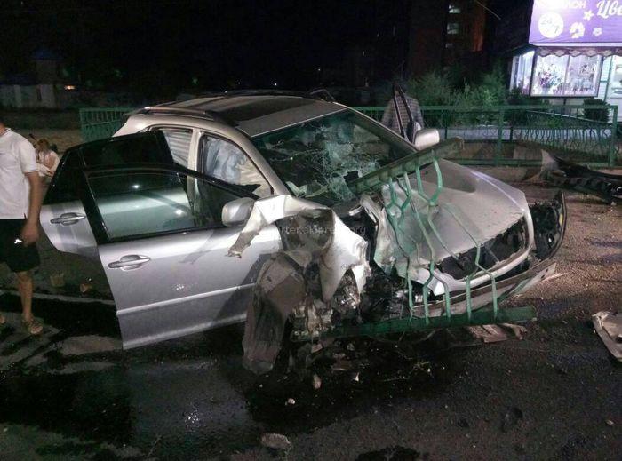 На Сухэ-Батора—Юнусалиева машина врезалась в ограждение, пытаясь скрыться от погони, - читатель (фото)