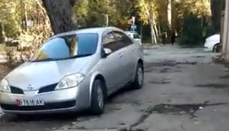 На бул.Эркиндик водитель «Ниссана» с госномером B 7616 AK припарковался на тротуаре (видео)