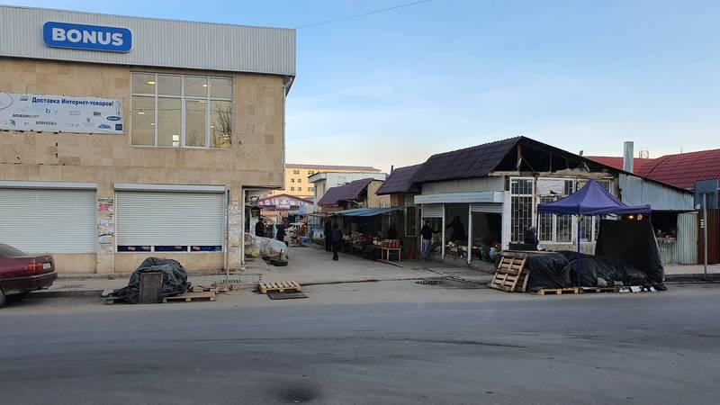 На ул. Безымянной в Бишкеке торгуют на тротуаре. Фото