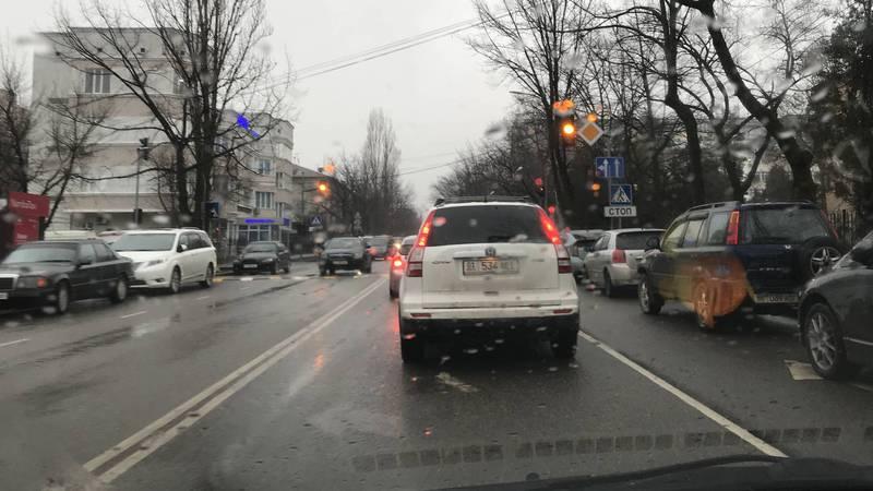 На ул.Суеркулова из-за светофоров и «лежачих полицейских» образовываются пробки, - бишкекчанин