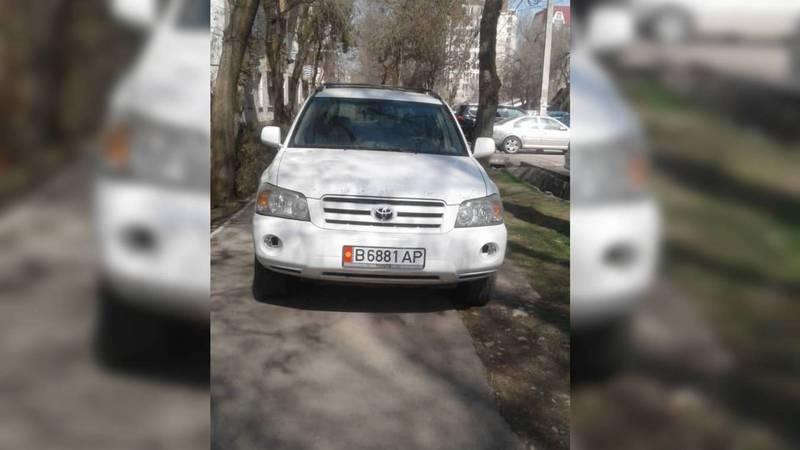 В Бишкеке водитель «Тойоты» припарковался на тротуаре. Фото