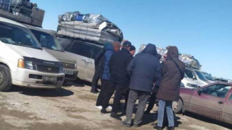 Пошел 4-й день, как кыргызстанцы стоят на границе Казахстана и России. Видео, фото