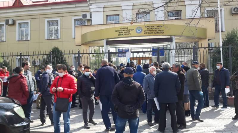 К коменданту Бишкека образовалась очередь за спецпропусками