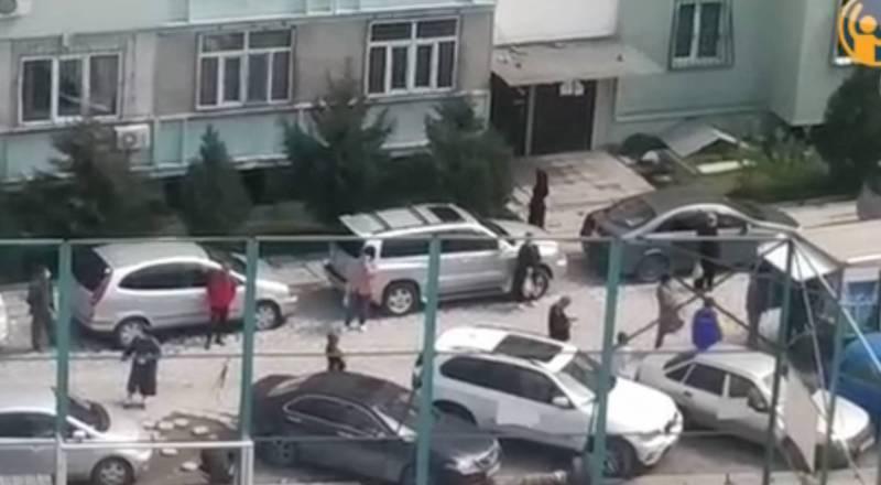 В мкр Улан-2 жители стоят в очереди за ряженкой, соблюдая дистанцию. Видео