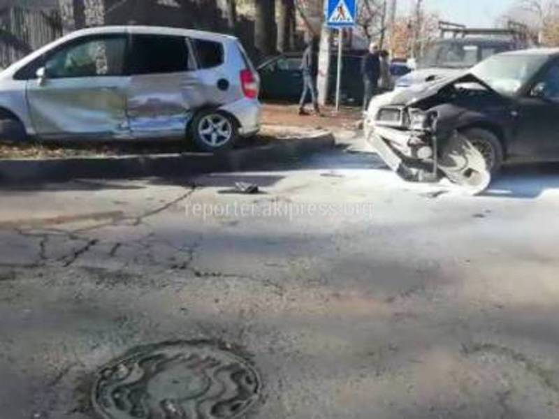 Видео — На Фрунзе-Уметалиева столкнулись «Хонда Фит» и два внедорожника