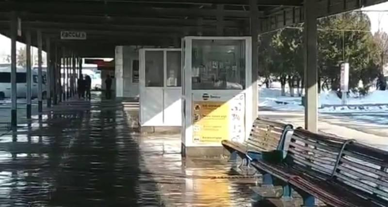 В Бишкеке на западном автовокзале протекает крыша места ожидания автобусов, - житель (видео)