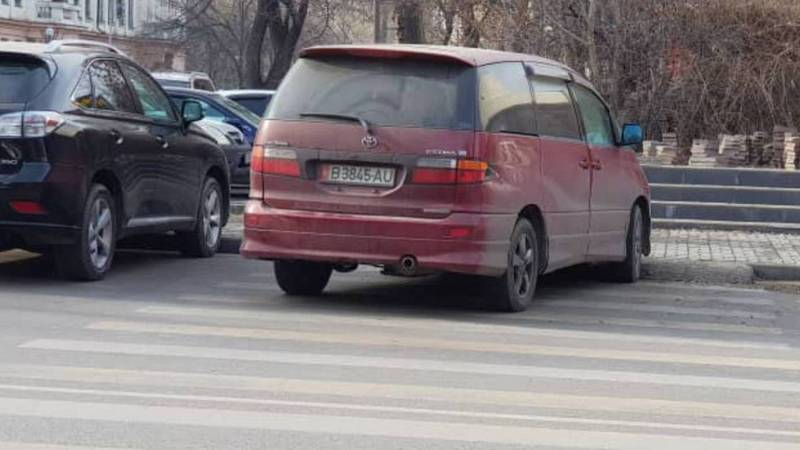 На Тыныстанова-Пушкина машину припарковали прямо на пешеходном переходе (фото)