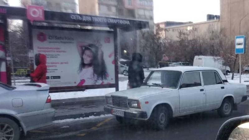 На Юнусалиева-Суеркулова машину с госномером МВД припарковали на остановке. Фото