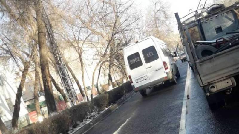 На Московской маршрутка ехала по встречной полосе. Фото