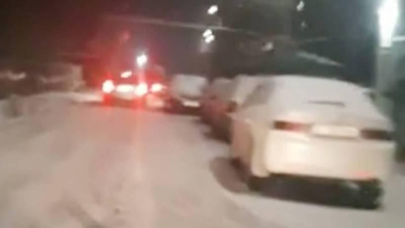 На ул.Загорской машины, припаркованные на проезжей части создают пробку. Видео