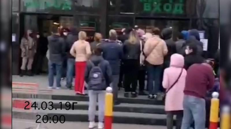 В гипермаркете «Глобус» выстроилась очередь, несмотря на призывы сидеть дома. Видео, фото